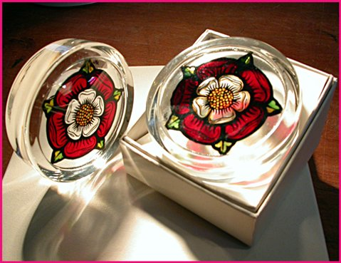 Decorative-Hand-Painted-Stained-Glass-Paperweight-in-an-Elizabethan-Tudor-Rose-Design-0